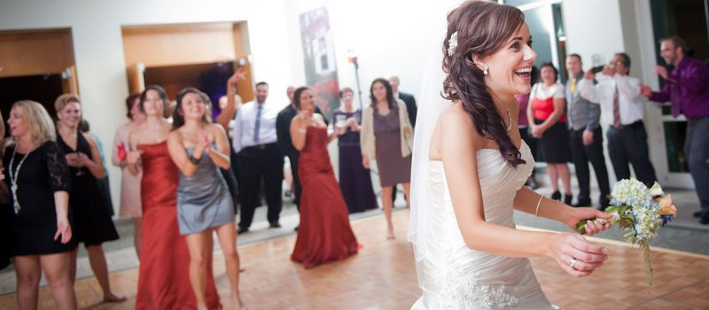 bride-throwing-bouquet-reminisce